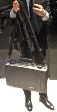 スーツ姿にペリカンケース1490