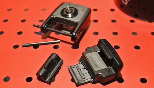 割れたペリカンケース1490のラッチ(留め具)部分