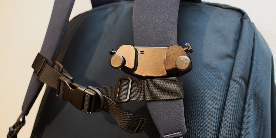バックパックに装着したカメラ用クイックリリースの台座部分