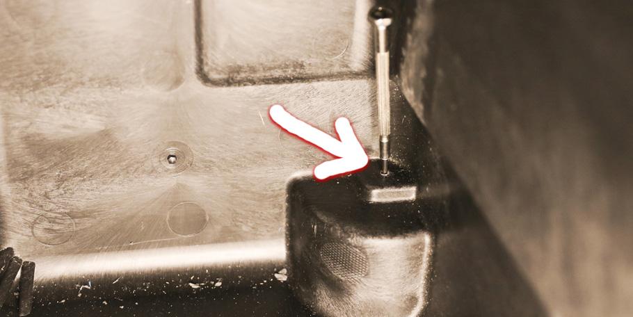 ケース内側から穴を開ける荒技:ペリカンケース1440のホイール交換
