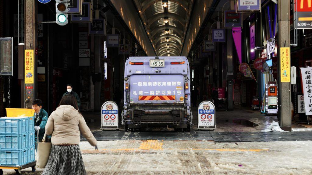 アーケード商店街に入っていく清掃車